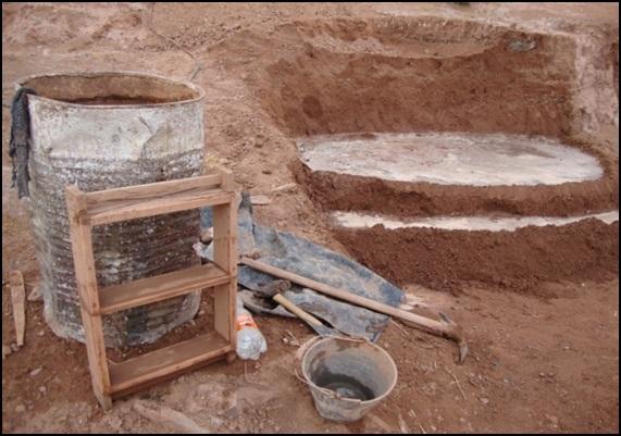 Se observan los elementos para trabajar el adobe, como el molde, pico, pala balde, etc. © Eduardo Omar Soto