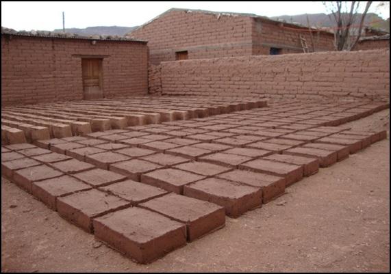 Producto final, ladrillos de adobe, que lo dejan secar al sol aproximadamente 15 días hasta alcanzar un nivel de solidificación elevado. © Eduardo Omar Soto 2014