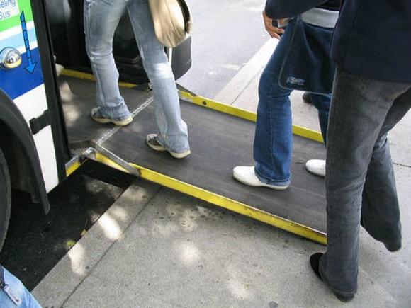 Rampas de acceso con bordes de seguridad y longitudes mayores a los 0,80m favorecen el ajuste a la pendiente máxima permitida.