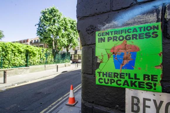 """""""Gentrificación en progreso. ¡Habrán 'cupcakes'!"""". Afiche en Cheshire Street en Londres.. Image © MsSaraKelly [Flickr], bajo licencia CC BY 2.0"""