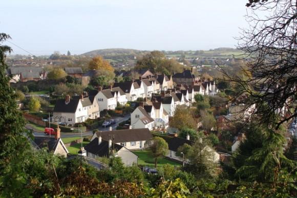 """Casas en Hardwick """"Ciudad Jardín"""" suburbio de Chepstow en Wales. Image © Geograph user Ruth Sharville licensed under CC BY-SA 2.0"""