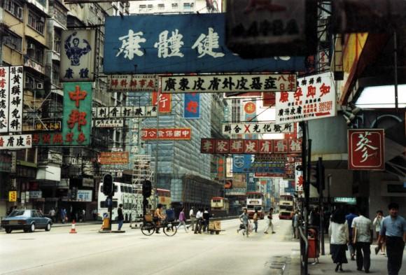 Hong Kong en los años 90, cuando aún era colonia británica, pero estaba embarcada en un rápido proceso de desarrollo económico. Image © Flickr usuario: Wonderlane, bajo licencia CC BY 2.0