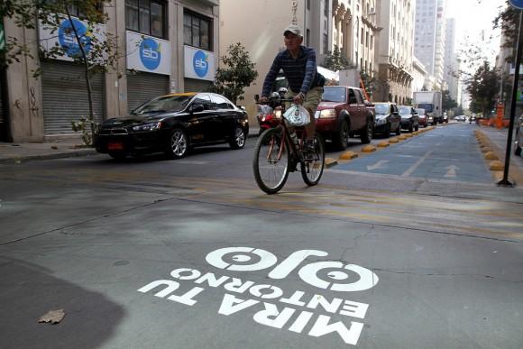 Ciclista en el centro de Santiago. © Jorge Cardenas / Municipalidad de Santiago vía Flickr. LicenciaCC BY-NC 2.0
