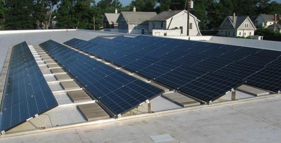 Paneles solares. Imagen de referencia. © Flickr usuario marshalltownpubliclibrary. Licencia CC BY 2.0