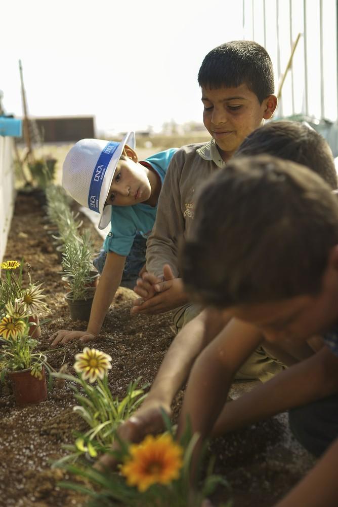 Parques infantiles para niños refugiados en Bar Elias, Líbano. Image Cortesía de CatalyticAction