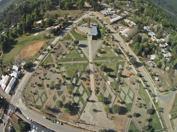 Guía Mapuche: Plaza de Alto Biobío. El ñimin o trazo, dibuja los recorridos y zonas de permanencia presentes en la plaza.. Image © Claudio Albarrán + Raúl Arancibia / Ministerio de Obras Públicas (MOP) de Chile. Dirección de Arquitectura