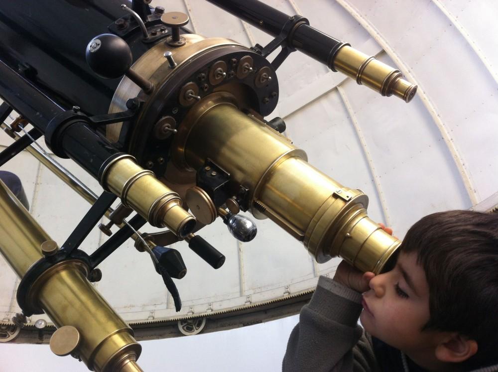 Niño mirando el universo Observatorio Cerro Calan