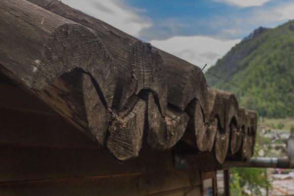 Guía Mapuche: para protegerse de nevazones y fuertes lluvias,la ruka pewenche posee una 'wente' cubierta, de canoas de madera labrada.. Image © Claudio Albarrán + Raúl Arancibia / Ministerio de Obras Públicas (MOP) de Chile. Dirección de Arquitectura