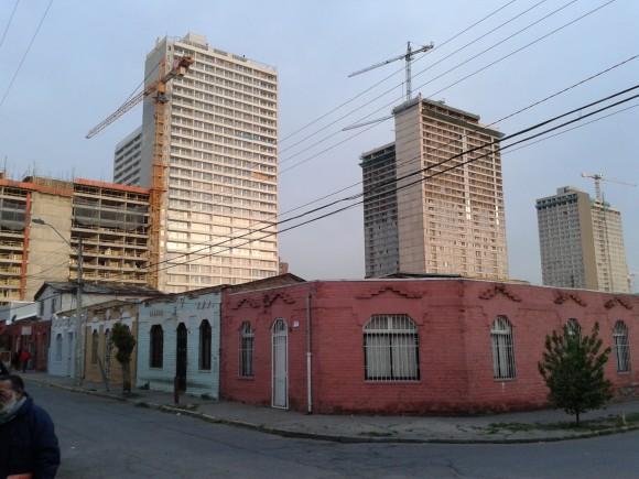 Edificaciones comuna de Estación Central.Fotografía tomada desde calle Federico Hansen con Coronel Godoy. © Loreto Rojas, octubre 2015.