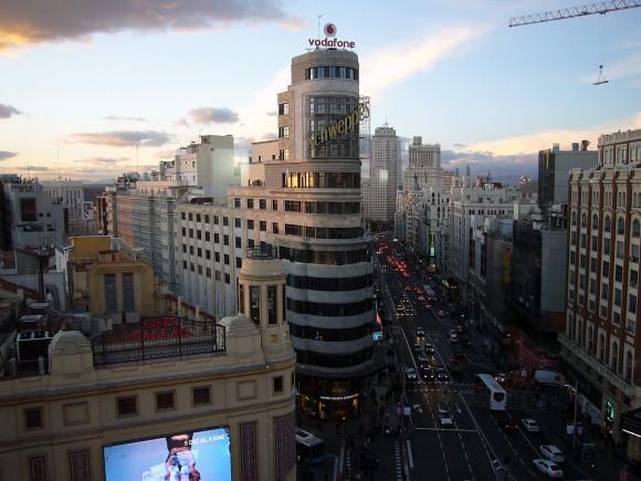 La Gran Vía de Madrid con el edificio Carrión en primer plano. Image © Juan Gallo [Flickr], bajo licencia CC BY-NC-ND 2.0