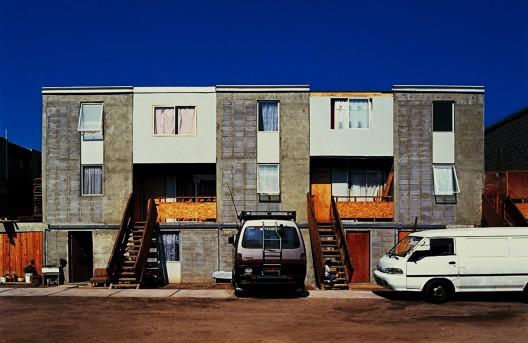"""Programa de viviendas progresivas en Quinta Monroy, Iquique, Chile. Situación """"después"""" en la cual se observan las transformaciones y ampliaciones realizadas por los pobladores."""